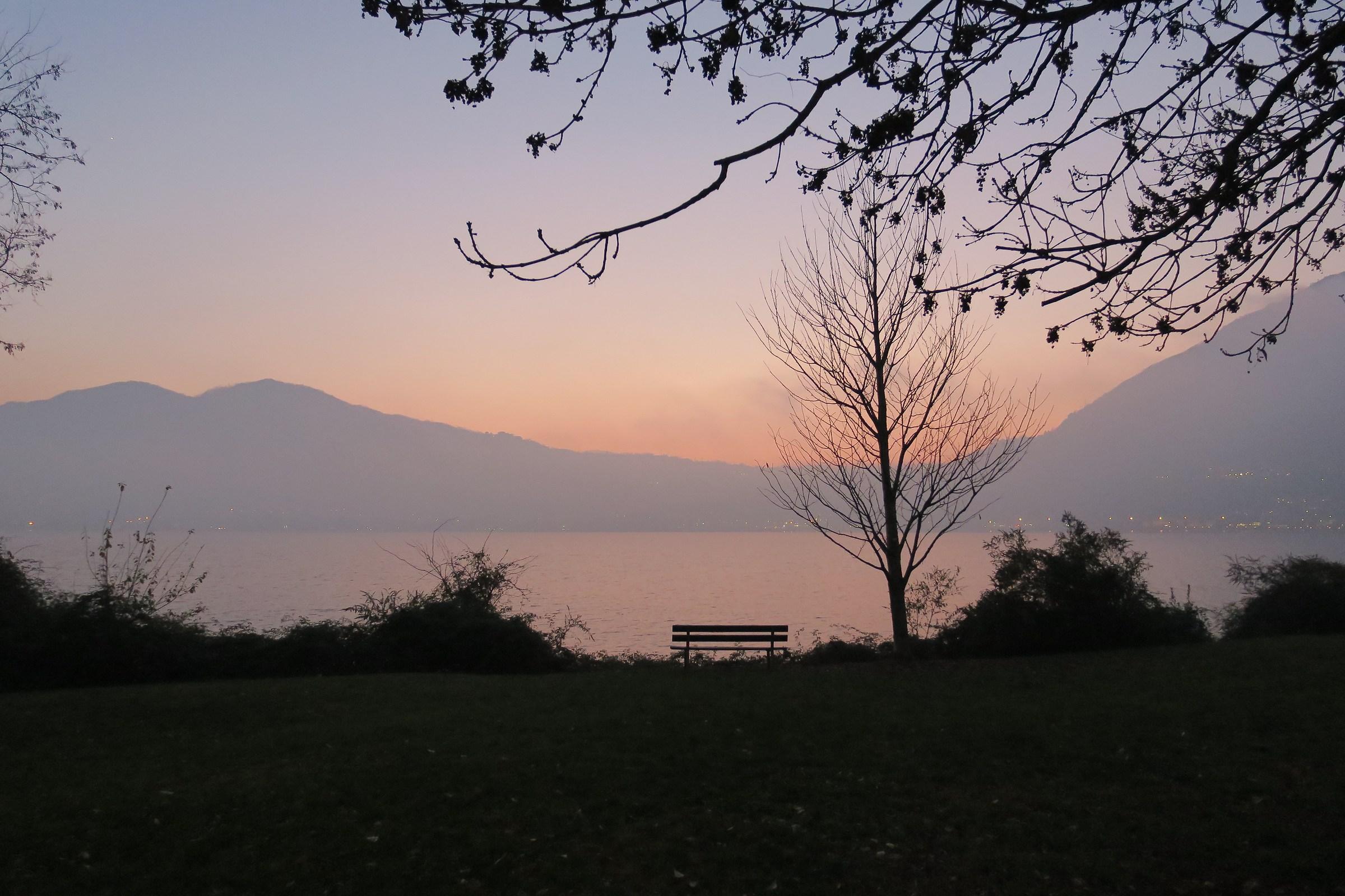 tramonto sul lago di Garlate velato dalla nebbia...