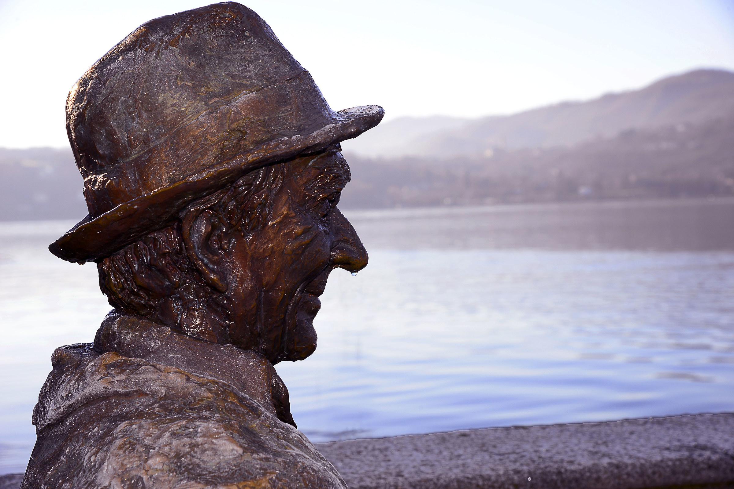anche la statua ha la goccia al naso...