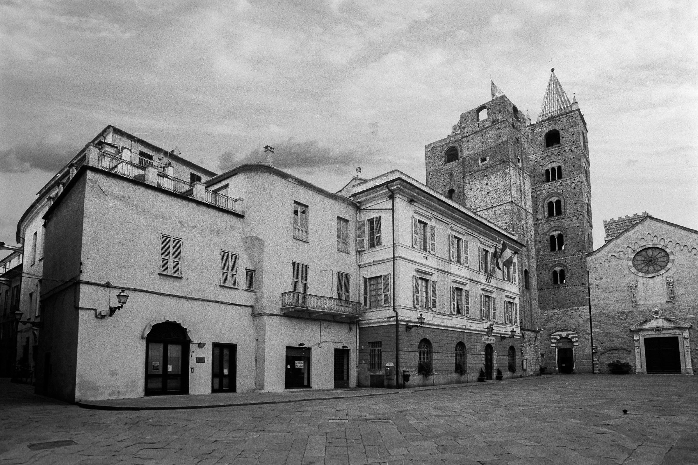 Albenga - Piazza del Comune e Chiesa S.Michele...