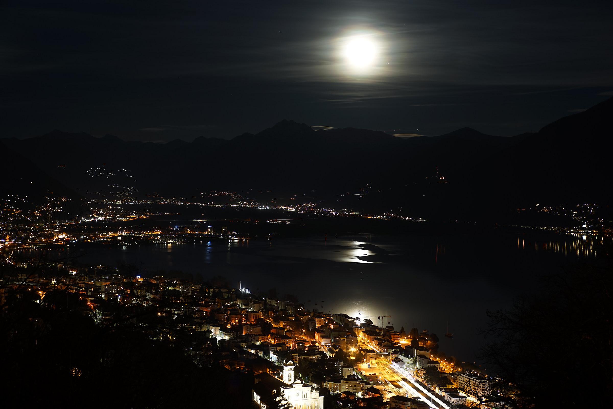 e la luna bussò... sul Lago Maggiore...