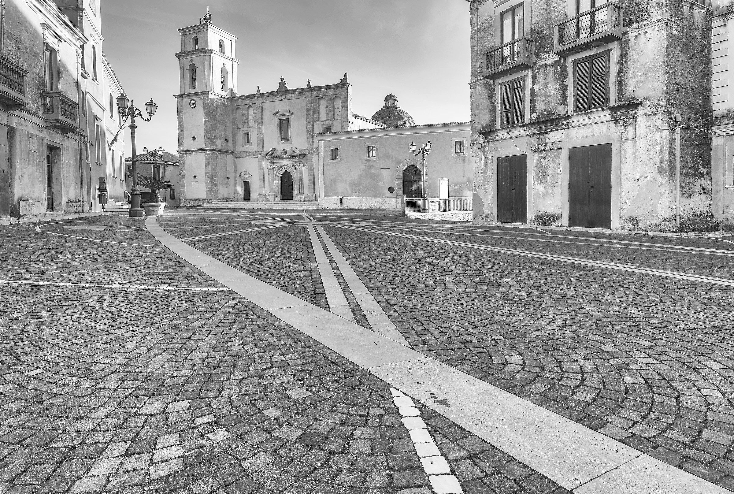 The first light of morning in Piazza Campo in b / w!...