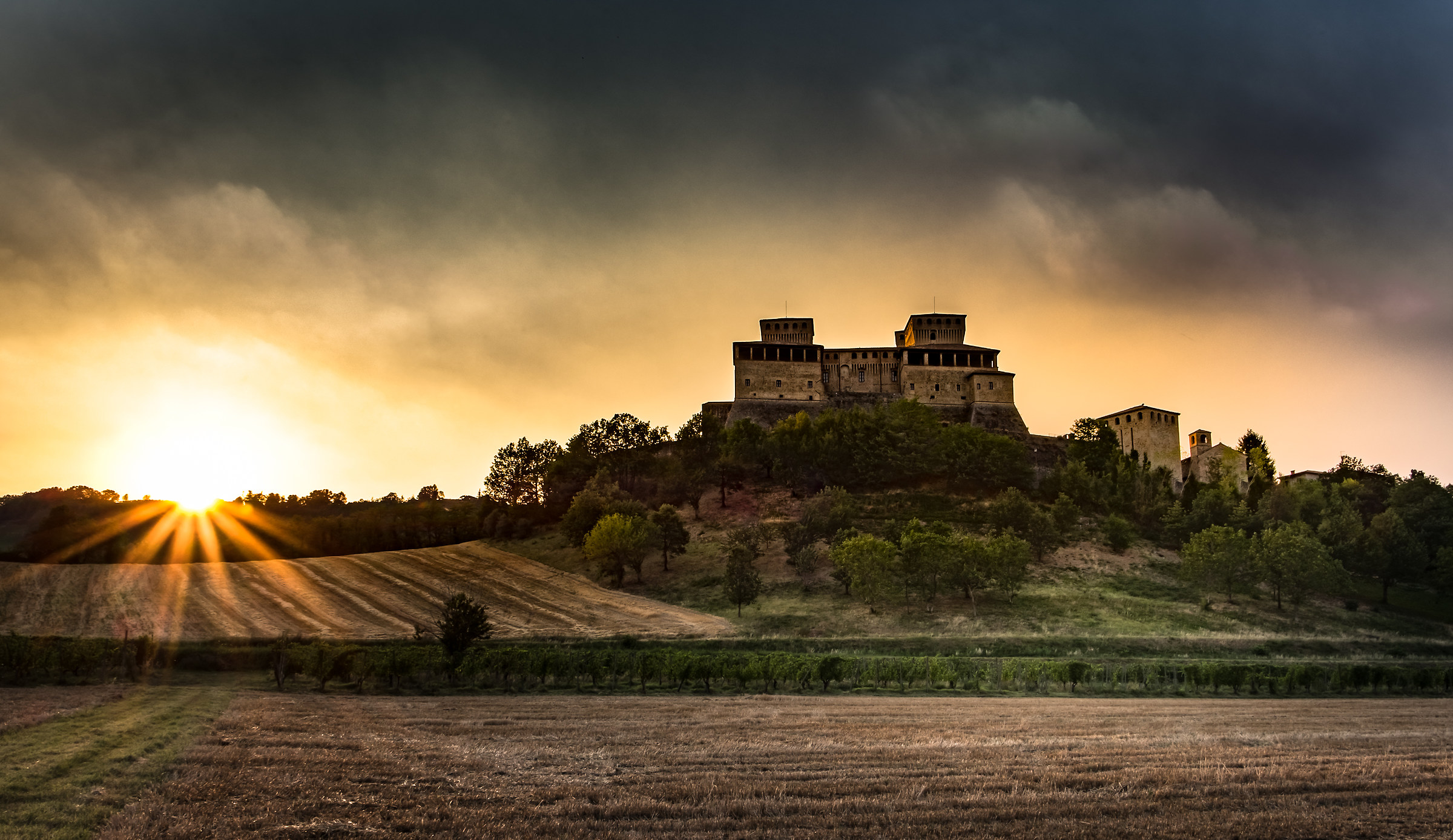 Tenebre e Tramonto Al Castello Di Torrechiara..!!...