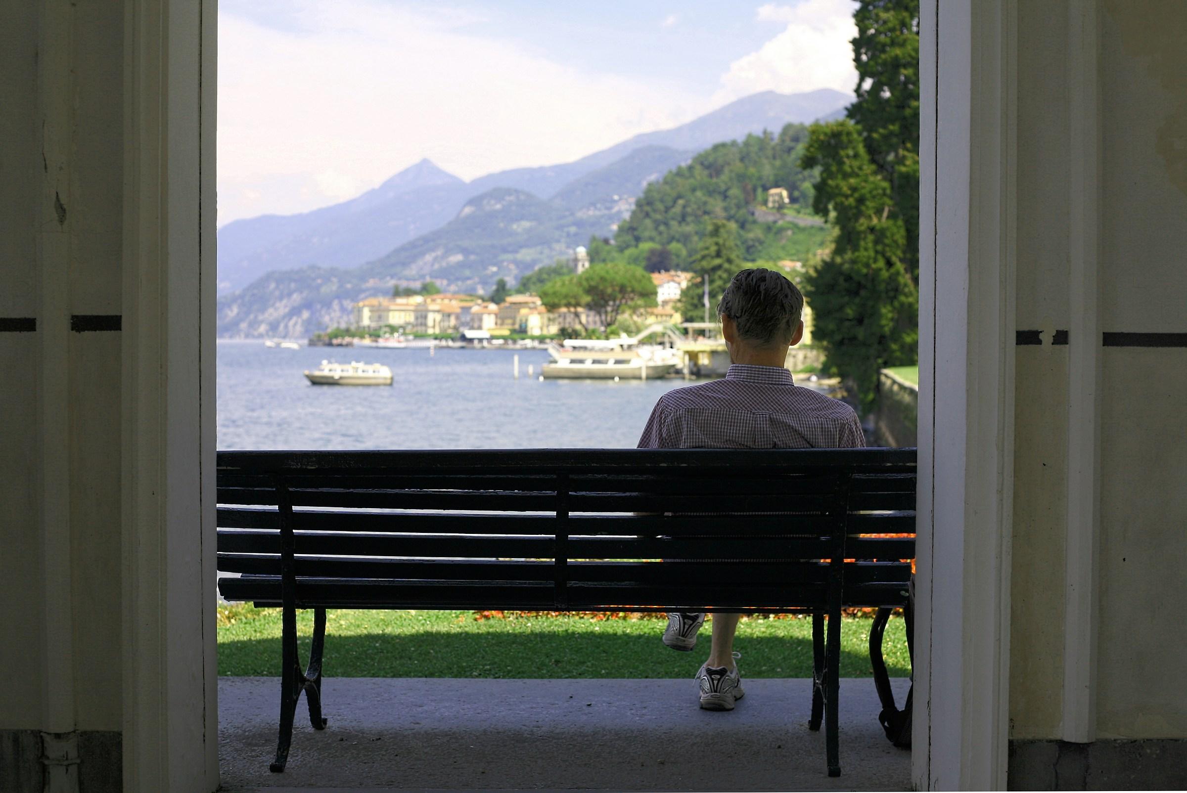 Uomo che legge ammirando Bellagio...