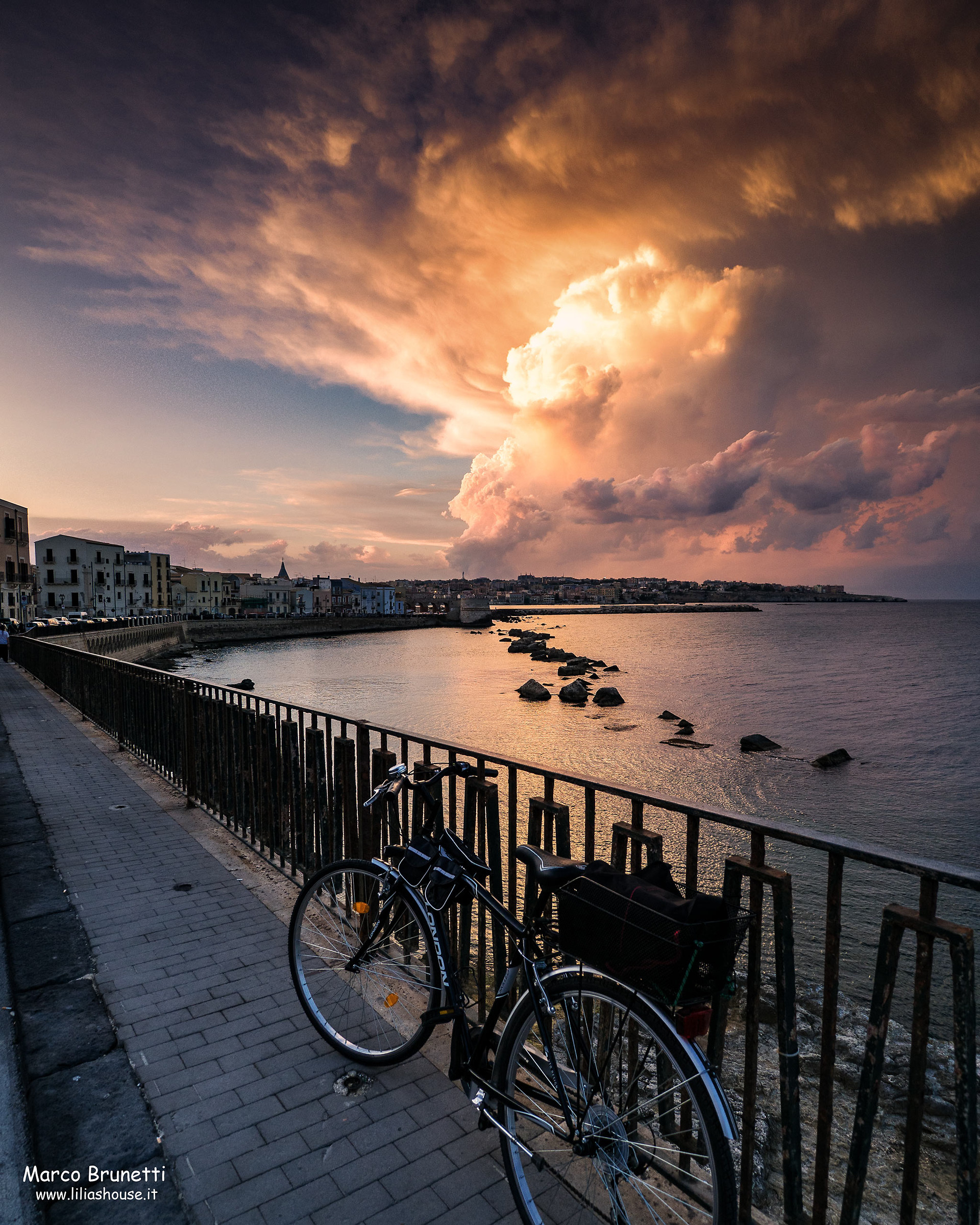 con la mia bici guardando il tramonto...