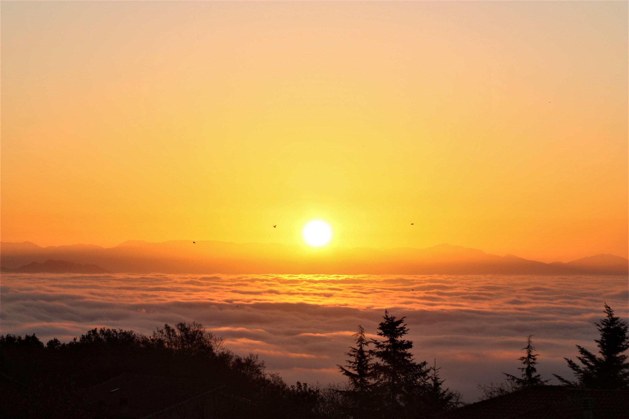 Lago di Vico. Alba sopra le nuvole...