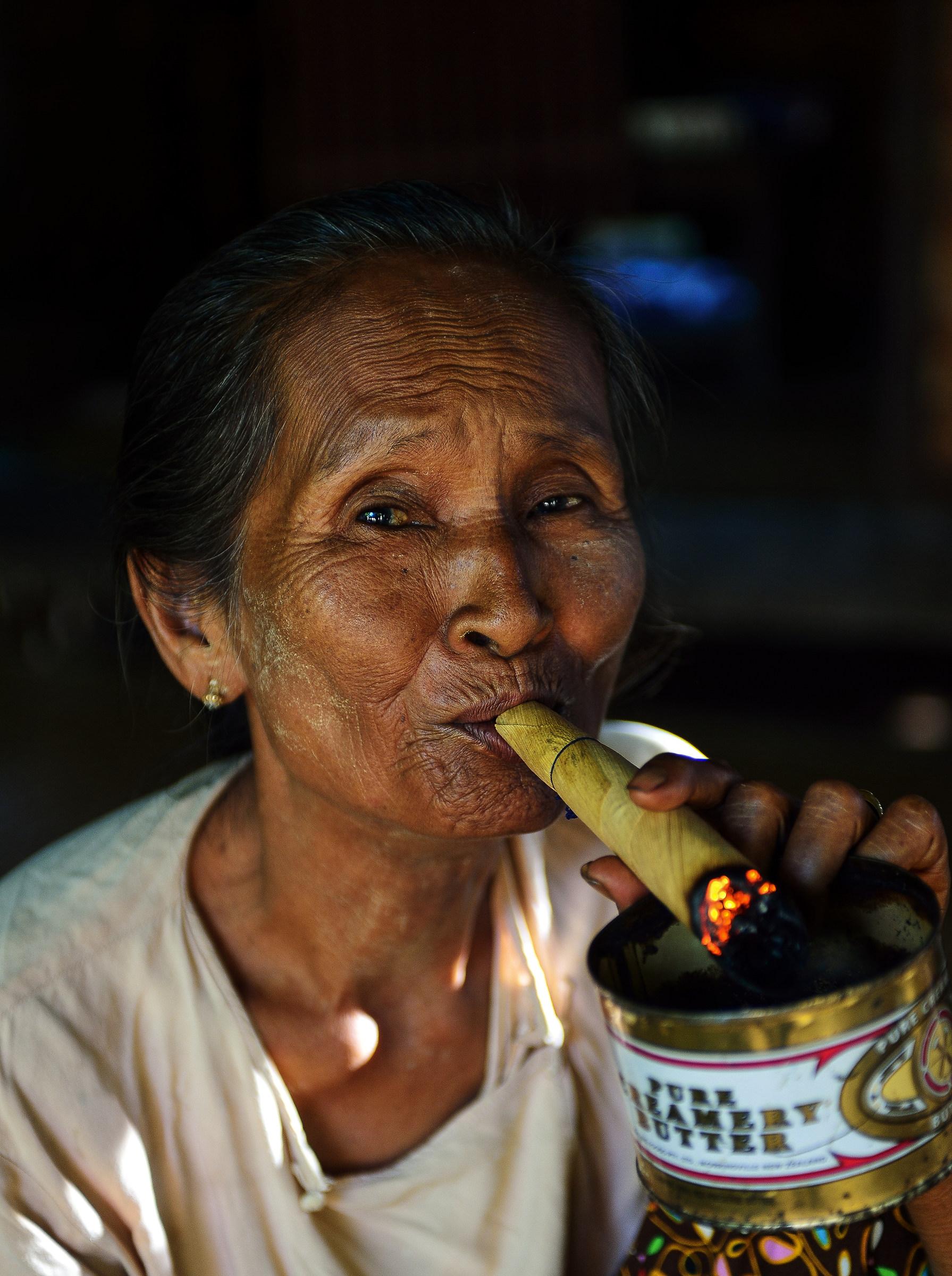 Bagan Donna con sigaro...