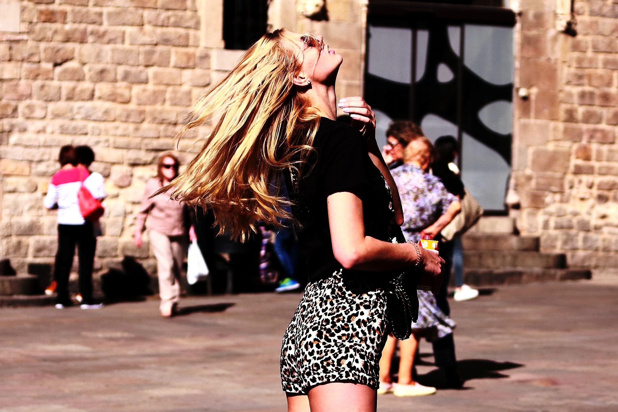 Barcellona: una ragazza dai lunghi capelli biondi...