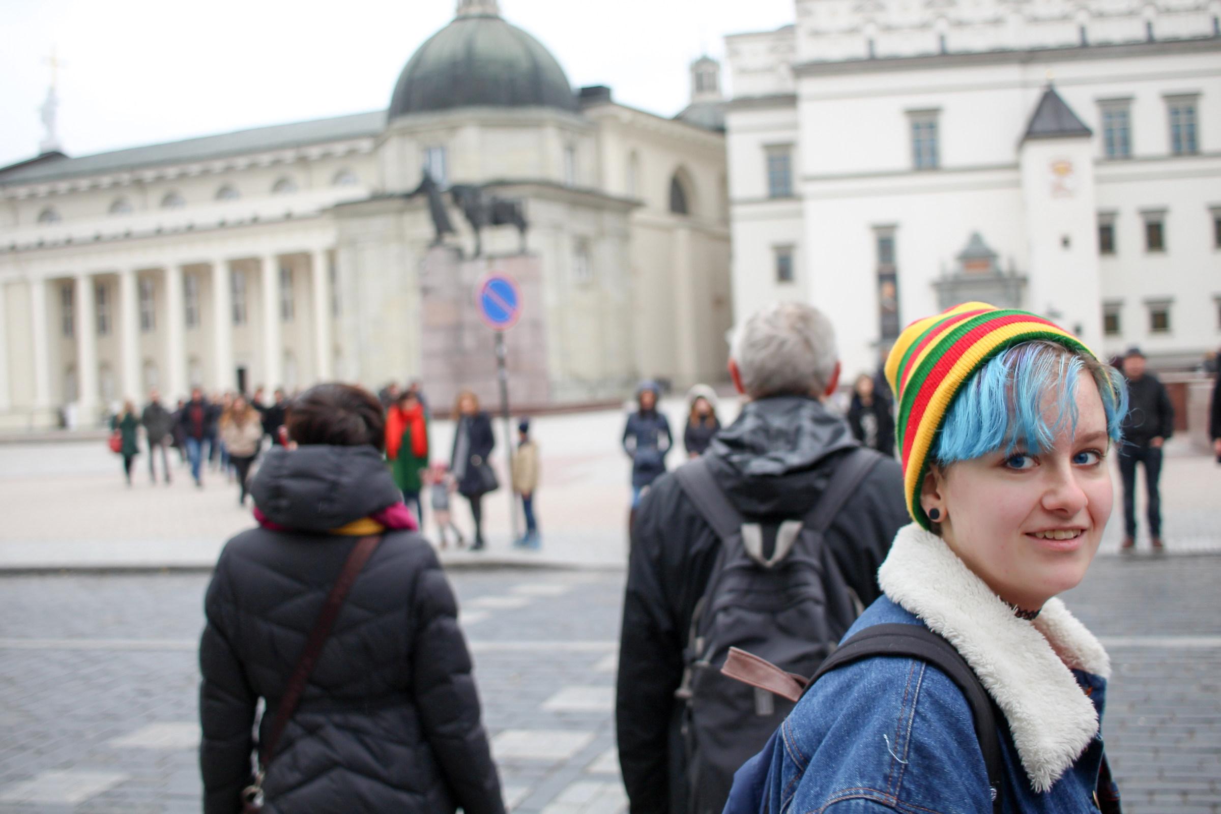 Ragazza lituana con cappello colorato...