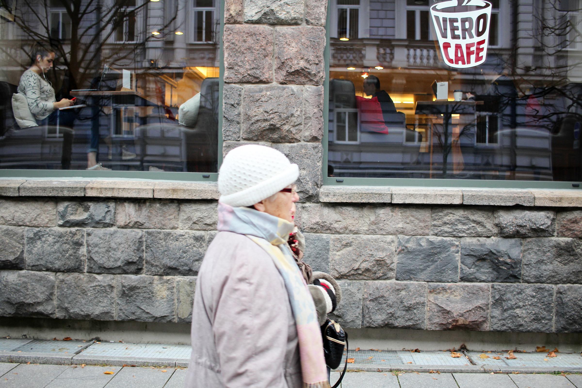 Attitudini, la giovane donna e la signora anziana...