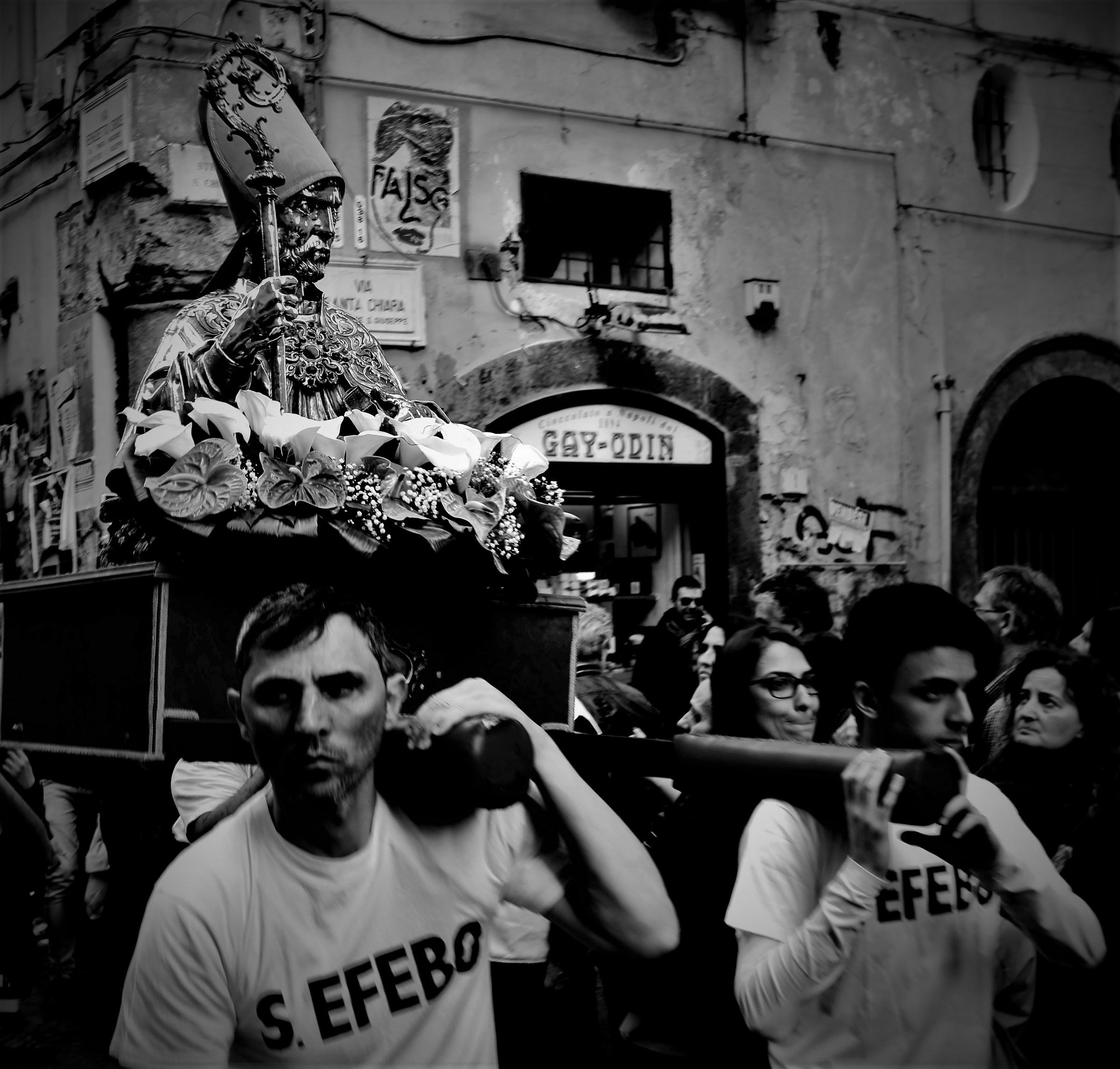 Santi che precedono in corteo S.Gennaro...