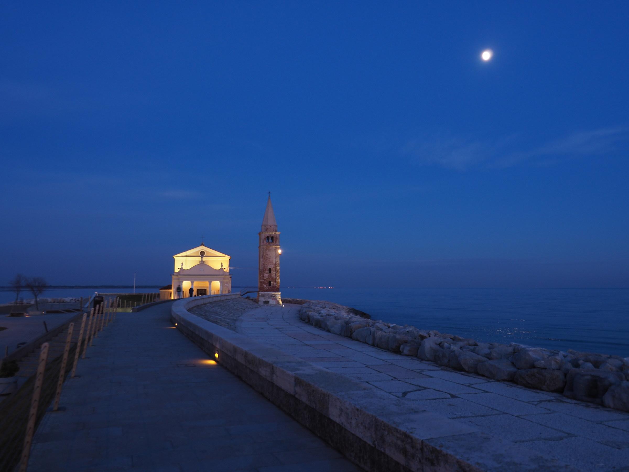 cappella sul mare con la luna...
