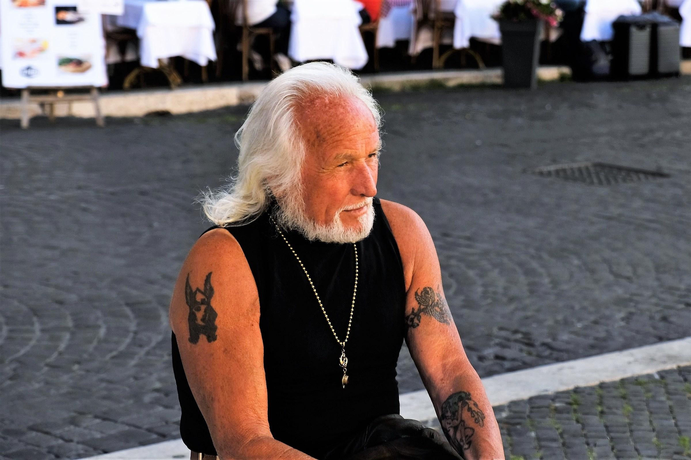 Il piacione di Piazza Navona senza Harley Davidson...