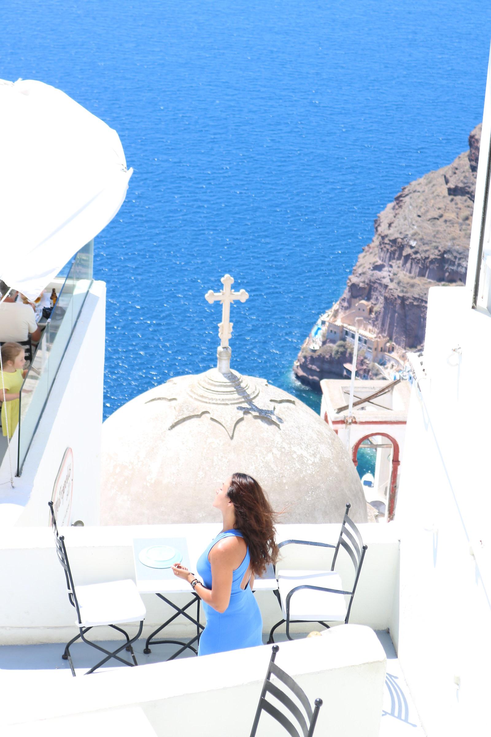 Una donna con abito azzurro di fronte al mare di Santor...