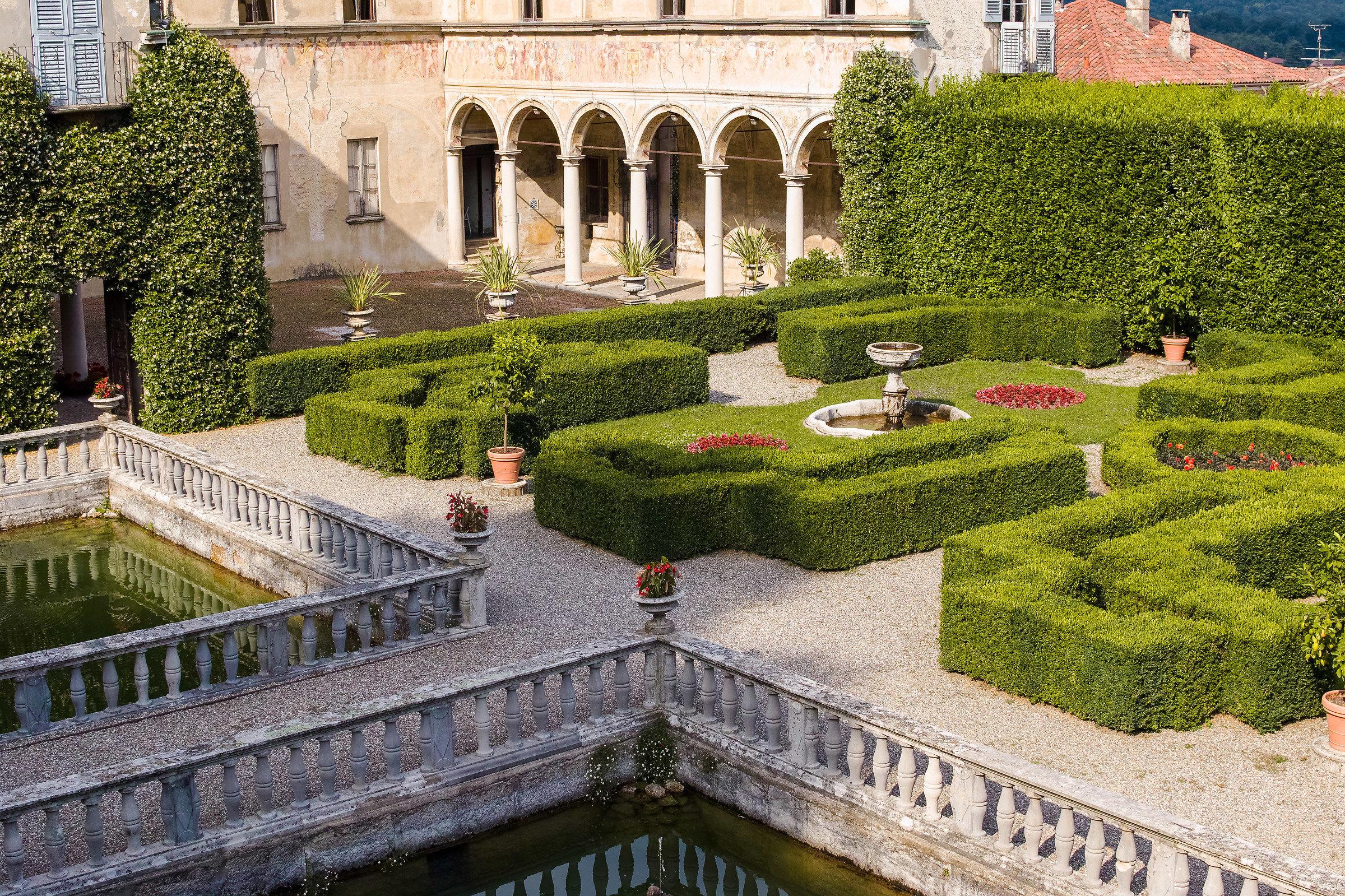 Villa Cicogna Mozzoni, corte interna e giardino...