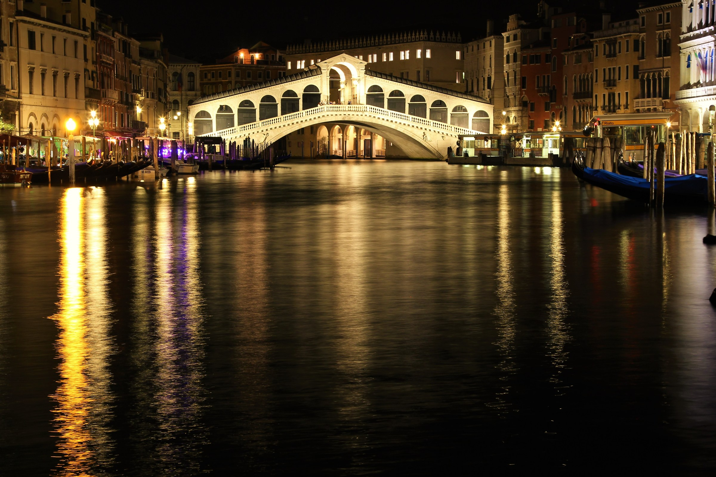 Night on the Rialto bridge...