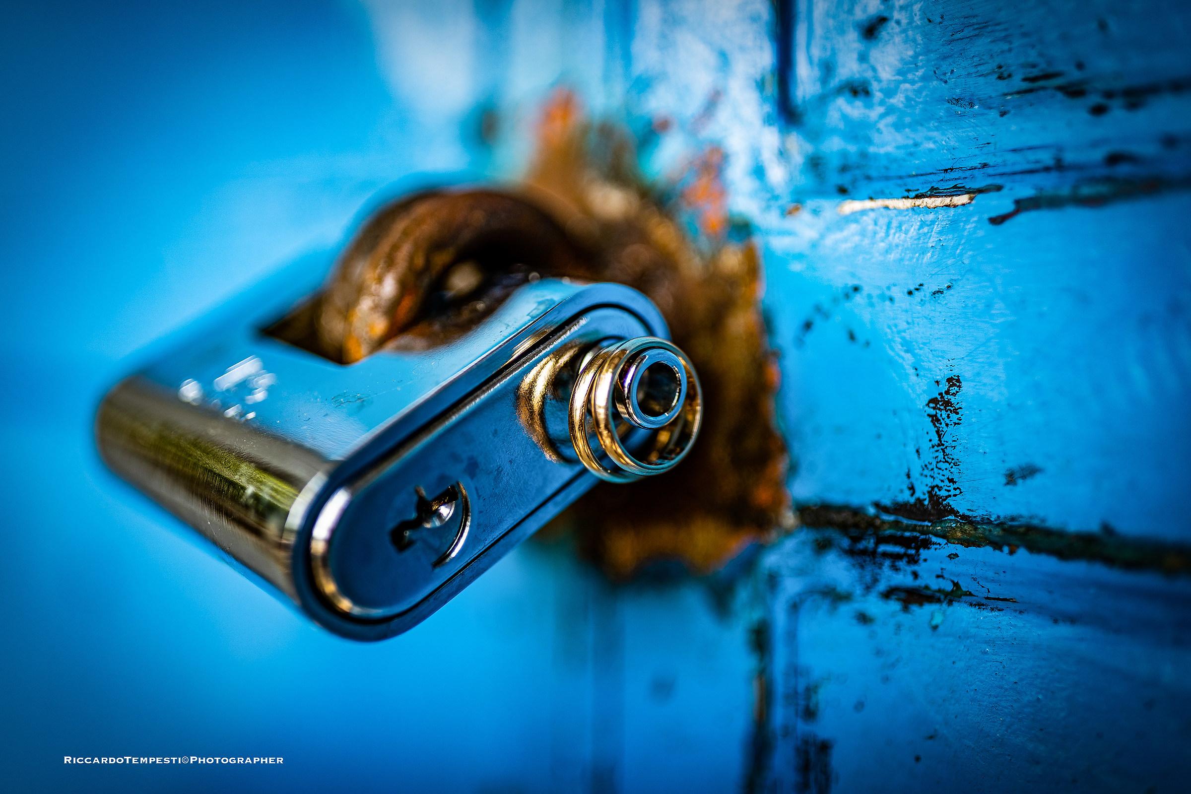 Lock rings...