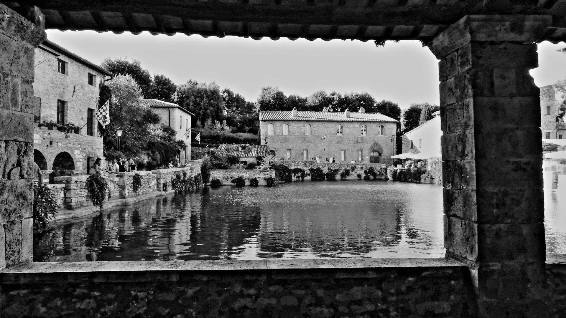 The square of Bagno Vignoni in black and white...