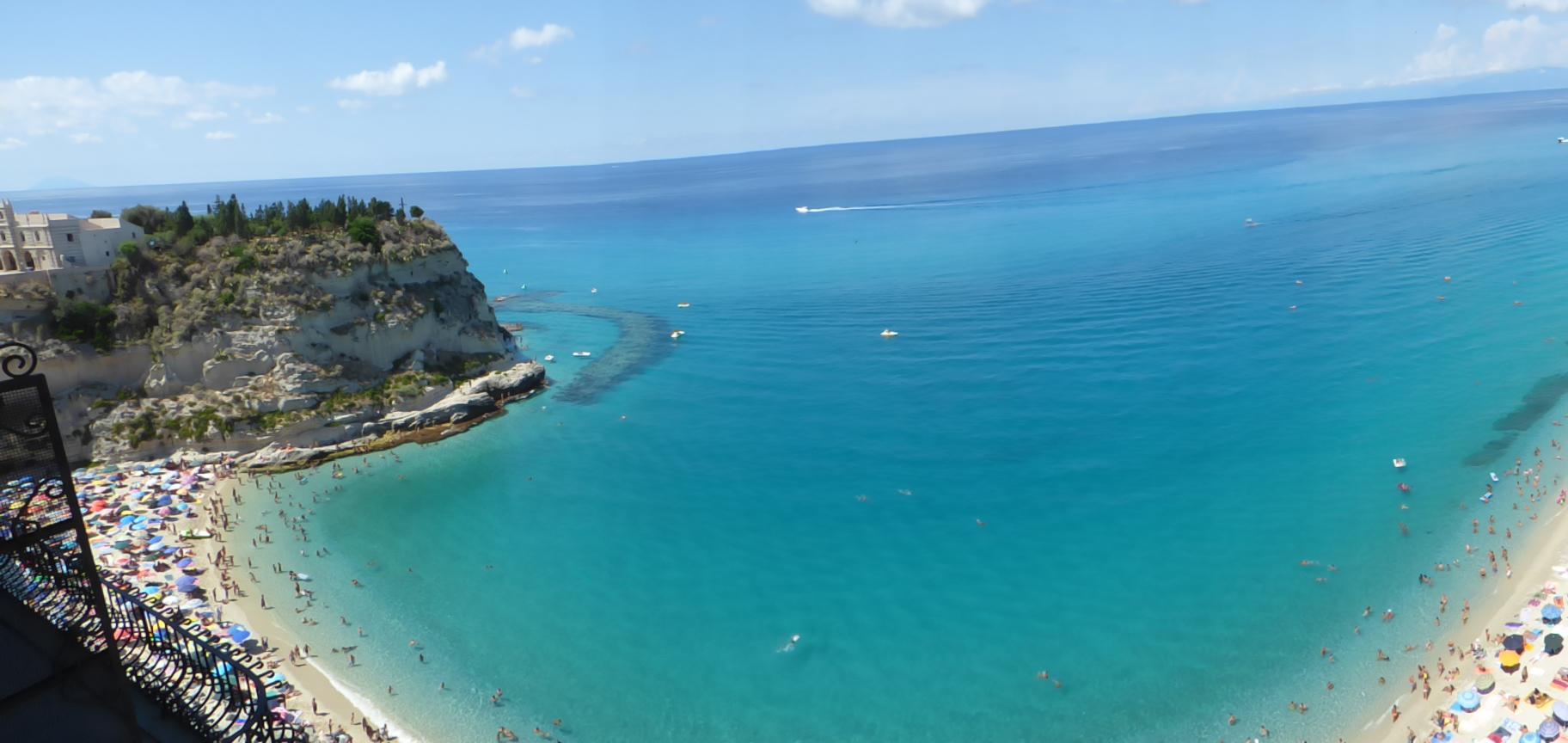 Vista dall'alto Baia di Tropea in Calabria...