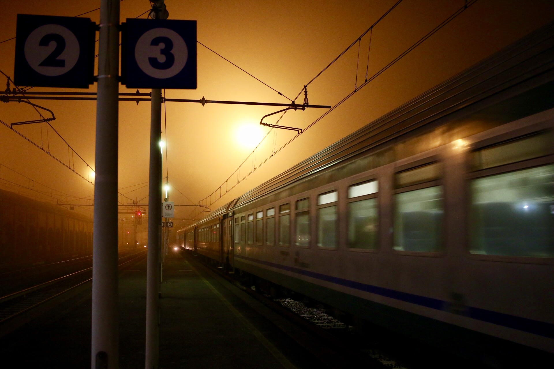 Vercelli. Stazione. Treno tra luci e nebbia....