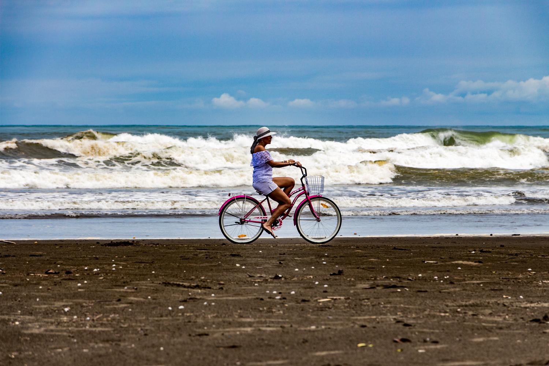 L'oceano, la ragazza e la bici viola...