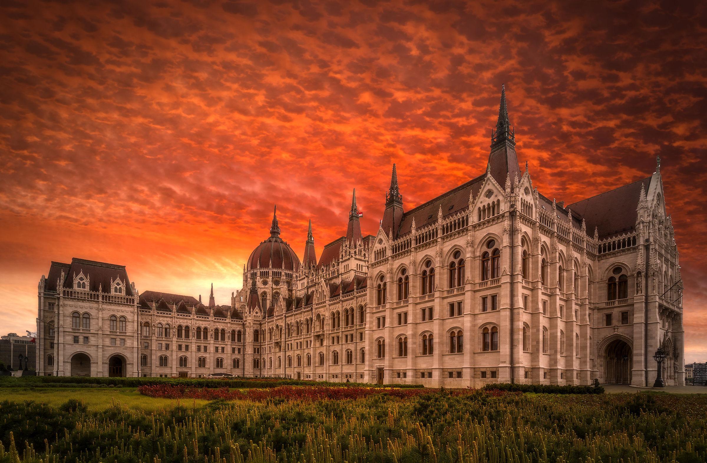 Budapest, il palazzo del Parlamento...
