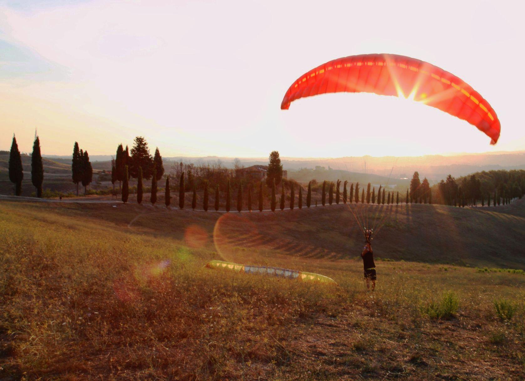 Paragliding between the Colli Senesi...